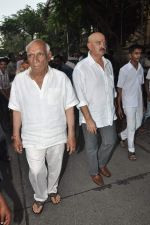 Yash Chopra, Rakesh Roshan at Hrithik Roshan_s Ganpati Visarjan on 20th Sept 2012 (84).JPG