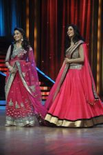 Madhuri Dixit, Sridevi promotes English Vinglish on Jhalak Dikhhla Jaa in Mumbai on 25th Sept 2012 (71).JPG