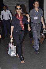 Gauri Khan snapped at airport in Mumbai on 5th Oct 2012 (8).JPG