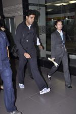 Abhishek Bachchan returns to Mumbai, Big B and Ash come to receive on 6th Oct 2012 (3).JPG