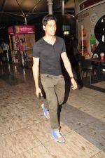 Siddharth Malhotra snapped at the airport in Mumbai on 7th Oct 2012 (15).JPG