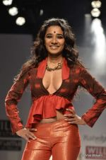 Tannishtha Chatterjee walk the ramp for Rahul Singh Show at Wills Lifestyle India Fashion Week 2012 day 4 on 9th Oct 2012 (92).JPG