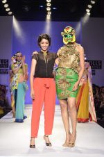 Model walk the ramp for Nida Mahmood Show at Wills Lifestyle India Fashion Week 2012 day 5 on 10th Oct 2012 (101).JPG