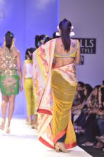 Model walk the ramp for Nida Mahmood Show at Wills Lifestyle India Fashion Week 2012 day 5 on 10th Oct 2012 (107).JPG
