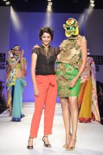 Model walk the ramp for Nida Mahmood Show at Wills Lifestyle India Fashion Week 2012 day 5 on 10th Oct 2012 (102).JPG