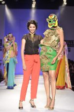 Model walk the ramp for Nida Mahmood Show at Wills Lifestyle India Fashion Week 2012 day 5 on 10th Oct 2012 (104).JPG