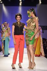 Model walk the ramp for Nida Mahmood Show at Wills Lifestyle India Fashion Week 2012 day 5 on 10th Oct 2012 (106).JPG