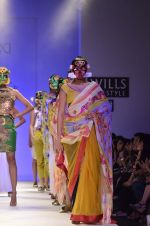 Model walk the ramp for Nida Mahmood Show at Wills Lifestyle India Fashion Week 2012 day 5 on 10th Oct 2012 (96).JPG