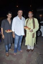 Anu Malik, Vivek Vaswani at Sanjay Gupta_s Mata Ki Chowki in Andheri, Mumbai on 16th Oct 2012 (20).JPG
