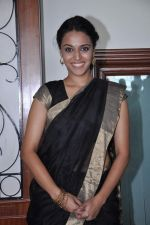 Swara Bhaskar at the launch of Abhishek Sharma_s Fitness on the go book in MCA on 20th Oct 2012 (1).JPG