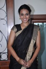 Swara Bhaskar at the launch of Abhishek Sharma_s Fitness on the go book in MCA on 20th Oct 2012 (4).JPG