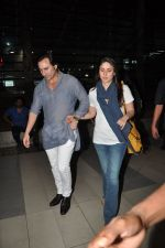 Saif Ali Khan and Kareena Kapoor return to mumbai after wedding on 22nd Oct 2012 (11).JPG
