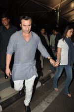Saif Ali Khan and Kareena Kapoor return to mumbai after wedding on 22nd Oct 2012 (8).JPG