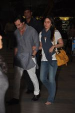 Saif Ali Khan and Kareena Kapoor return to mumbai after wedding on 22nd Oct 2012 (10).JPG
