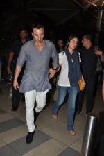 Saif Ali Khan and Kareena Kapoor return to mumbai after wedding on 22nd Oct 2012 (13).JPG