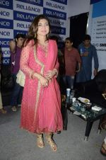 Alka Yagnik at Abhijeet_s durga celebrations in Andheri, Mumbai on 23rd Oct 2012 (77).JPG