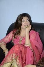 Alka Yagnik at Abhijeet_s durga celebrations in Andheri, Mumbai on 23rd Oct 2012 (79).JPG