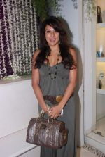 Pooja Bedi at Azeem Khan accessories launch in Mumbai on 24th Oct 2012 (95).JPG