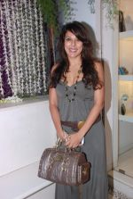 Pooja Bedi at Azeem Khan accessories launch in Mumbai on 24th Oct 2012 (96).JPG