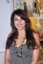 Pooja Bedi at Azeem Khan accessories launch in Mumbai on 24th Oct 2012 (97).JPG