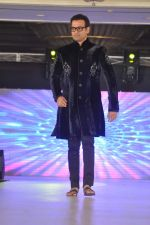 Rohit Roy walk the ramp at Umeed-Ek Koshish charitable fashion show in Leela hotel on 9th Nov 2012,1 (26).JPG