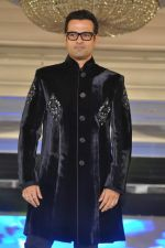 Rohit Roy walk the ramp at Umeed-Ek Koshish charitable fashion show in Leela hotel on 9th Nov 2012,1 (27).JPG