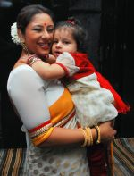 Sai with Daughter at the launch of Sai Deodhar and Shakti Anand_s Production house Thoughtrain Entertainment in Mumbai on 18th Nov 2012.JPG