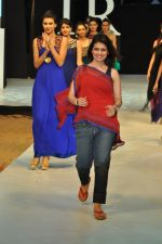 Model walk the ramp for Shruti Sancheti Show at IRFW 2012 in Goa on 1st Dec 2012 (37).JPG