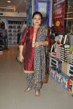Smita Jaykar at Oswald Periiera book launch with Smita Jaykar in Crossword, Juhu, Mumbai on 19th Dec 2012 (4).JPG