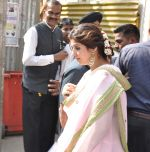 Twinkle Khanna at Akshay Kumar_s sister Alka Bhatia_s wedding with Surendra Hiranandani in Four Bungalows Gurdwara on 23rd Dec 2012,1 (7).JPG