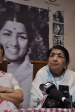 Lata Mangeshkar calendar launch in Peddar Road, Mumbai on 27th Dec 2012 (21).JPG