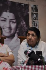 Lata Mangeshkar calendar launch in Peddar Road, Mumbai on 27th Dec 2012 (22).JPG