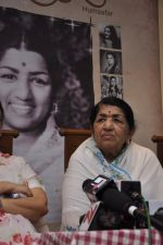 Lata Mangeshkar calendar launch in Peddar Road, Mumbai on 27th Dec 2012 (25).JPG