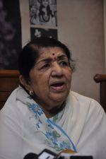 Lata Mangeshkar calendar launch in Peddar Road, Mumbai on 27th Dec 2012 (26).JPG