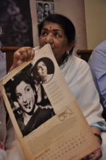 Lata Mangeshkar calendar launch in Peddar Road, Mumbai on 27th Dec 2012 (37).JPG