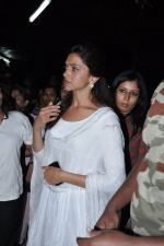 Deepika Padukone at the peace march for the Delhi victim in Mumbai on 29th Dec 2012 (186).JPG