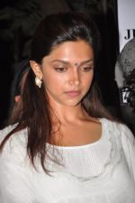 Deepika Padukone at the peace march for the Delhi victim in Mumbai on 29th Dec 2012 (273).JPG