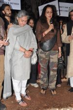 Hema Malini, Jaya Bachchan at the peace march for the Delhi victim in Mumbai on 29th Dec 2012 (253).JPG