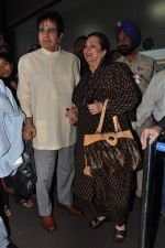 Dilip Kumar with Saira Banu leaves for Hajj in Mumbai Airport on 2nd Jan 2013 (16).JPG