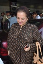 Saira Banu leaves for Hajj in Mumbai Airport on 2nd Jan 2013 (6).JPG