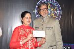 Sunmeet Kaur, Amitabh Bachchan wins 5 crores on the sets of Kaun Banega Crorepati in Mumbai on 5th Jan 2013 (58).JPG