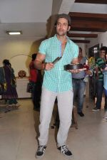Hrithik Roshan celebrates bday with media in Mumbai on 10th Jan 2013 (37).JPG