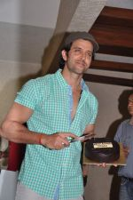 Hrithik Roshan celebrates bday with media in Mumbai on 10th Jan 2013 (40).JPG