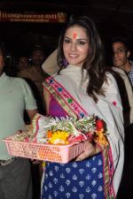 Sunny Leone seek blessings at Siddhivinayak at 4.30 am in Mumbai on 15th Jan 2013 (40).JPG