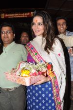 Sunny Leone seek blessings at Siddhivinayak at 4.30 am in Mumbai on 15th Jan 2013 (42).JPG