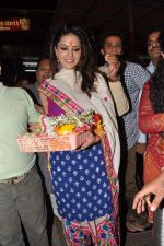 Sunny Leone seek blessings at Siddhivinayak at 4.30 am in Mumbai on 15th Jan 2013 (43).JPG