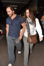 Saif Ali Khan, Kareena Kapoor snapped at airport in Mumbai on 17th Jan 2013 (14).JPG