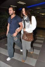 Saif Ali Khan, Kareena Kapoor snapped at airport in Mumbai on 17th Jan 2013 (15).JPG