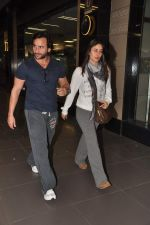Saif Ali Khan, Kareena Kapoor snapped at airport in Mumbai on 17th Jan 2013 (3).JPG