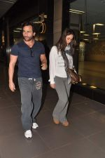 Saif Ali Khan, Kareena Kapoor snapped at airport in Mumbai on 17th Jan 2013 (5).JPG